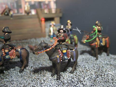 騎馬武者。パンフォーカスとボケのある二枚のうち、こちらを