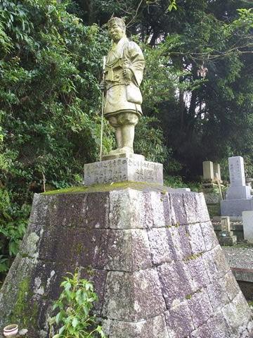 日野駒吉氏像