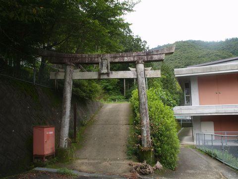 鳥居の前から 蔵持神社の名称は鳥居の額より