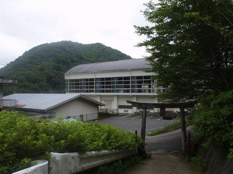 鳥居の後ろから(笹山久三さんの通った学校?) 地図で見ると手前は小学校・奥に高校