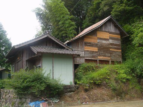 神社側面 蔵持神社の名称通り 本殿が本当に蔵なら金目のものでなく武具だろうと思う